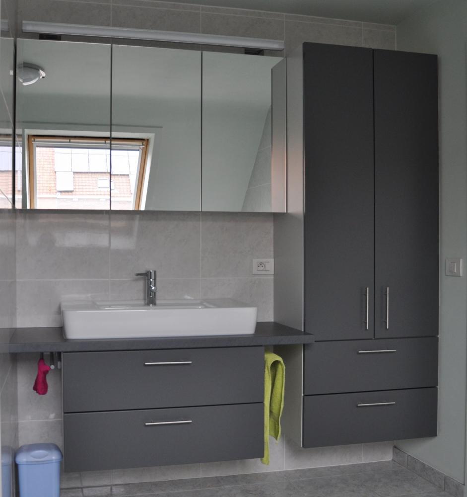 Badkamer ideeen grijs: badkamer grijs wit hout.
